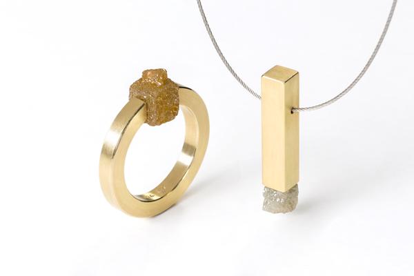 Ring und Anhänger aus Gelbgold mit Rohdiamant