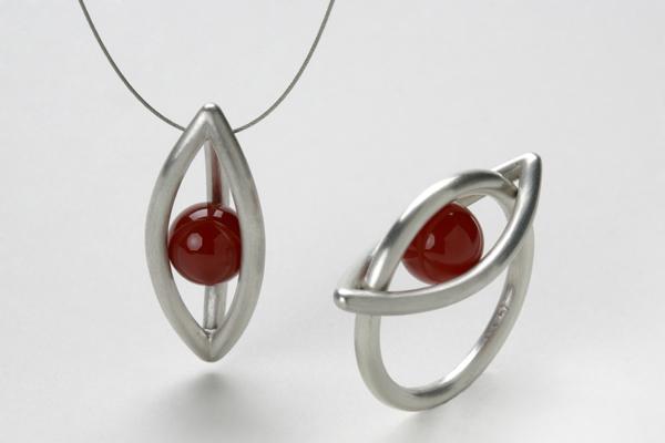 Ring und Anhänger aus Silber und Karneol